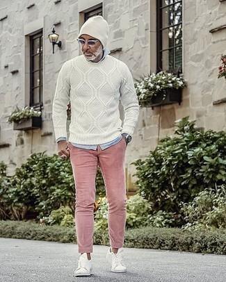 Weißen Strickpullover kombinieren – 106 Herren Outfits: Die Vielseitigkeit von einem weißen Strickpullover und einer rosa Chinohose machen sie zu einer lohnenswerten Investition. Warum kombinieren Sie Ihr Outfit für einen legereren Auftritt nicht mal mit weißen Segeltuch niedrigen Sneakers?
