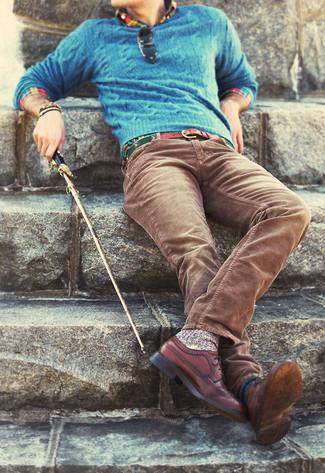Wie kombinieren: blauer Strickpullover, mehrfarbiges Langarmhemd, braune Kordjeans, braune Leder Brogues