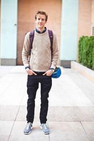 Jeans kombinieren: Entscheiden Sie sich für einen hellbeige Strickpullover und Jeans für einen bequemen Alltags-Look. Fühlen Sie sich ideenreich? Entscheiden Sie sich für blauen Sportschuhe.
