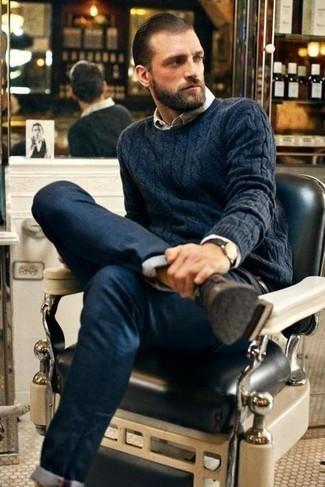 Dunkelbraune Lederuhr kombinieren – 500+ Herren Outfits: Für ein bequemes Couch-Outfit, tragen Sie einen dunkelblauen Strickpullover und eine dunkelbraune Lederuhr. Braune Leder Derby Schuhe bringen Eleganz zu einem ansonsten schlichten Look.