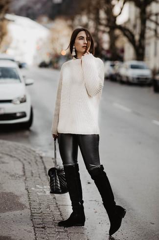 Wie kombinieren: weißer Strickpullover, schwarze Lederleggings, schwarze Overknee Stiefel aus Wildleder, schwarze gesteppte Leder Umhängetasche