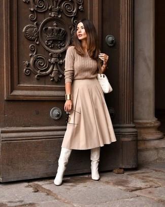 Wie kombinieren: beige Strickpullover, hellbeige Midirock mit Falten, weiße kniehohe Stiefel aus Leder, weiße gesteppte Satchel-Tasche aus Leder