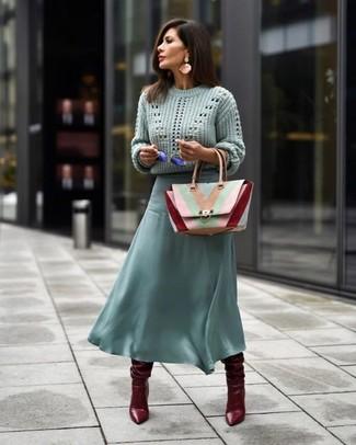 Dunkelrote kniehohe Stiefel aus Leder kombinieren – 23 Damen Outfits: Um einen stilvollen Alltags-Look zu schaffen, probieren Sie die Paarung aus einem mintgrünen Strickpullover und einem mintgrünen Midirock aus Chiffon. Dunkelrote kniehohe Stiefel aus Leder bringen klassische Ästhetik zum Ensemble.