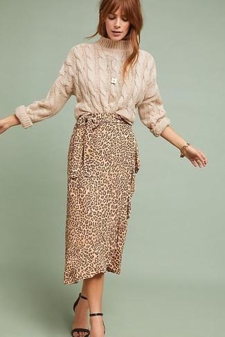 hellbeige Strickpullover, beige Midirock mit Leopardenmuster, schwarze Leder Sandaletten, goldenes Armband für Damen