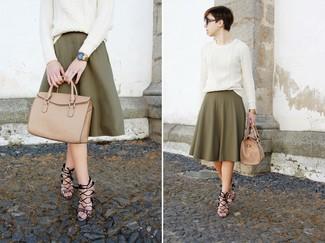 Wie kombinieren: weißer Strickpullover, olivgrüner Falten Midirock, graue Leder Sandaletten mit Schlangenmuster, beige Shopper Tasche aus Leder