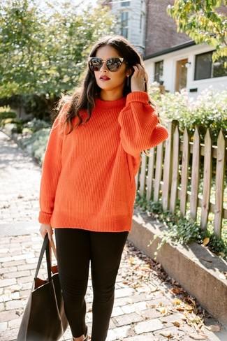 Wie kombinieren: orange Strick Strickpullover, schwarze Leggings, schwarze Shopper Tasche aus Leder, schwarze Sonnenbrille