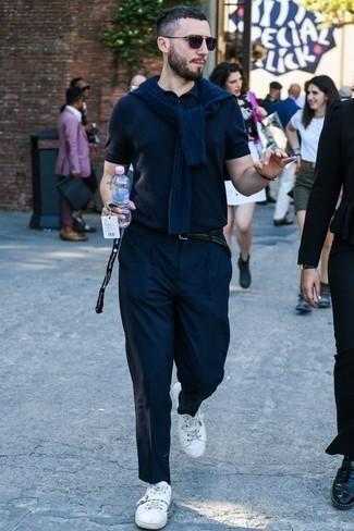 Dunkelblauen Strickpullover kombinieren: trends 2020: Kombinieren Sie einen dunkelblauen Strickpullover mit einer dunkelblauen Chinohose, um mühelos alles zu meistern, was auch immer der Tag bringen mag. Suchen Sie nach leichtem Schuhwerk? Entscheiden Sie sich für weißen Segeltuch niedrige Sneakers für den Tag.