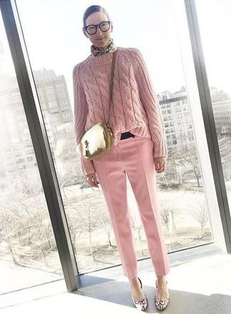 Wie kombinieren: rosa Strickpullover, rosa Anzughose, rosa Leder Pumps, goldene Leder Umhängetasche