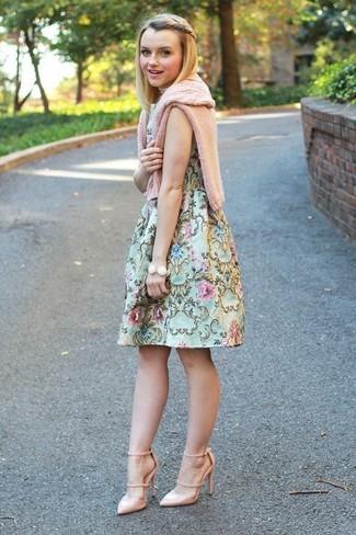 Wie kombinieren: rosa Strickpullover, mintgrünes ausgestelltes Kleid mit Blumenmuster, hellbeige Leder Pumps, weißes Armband
