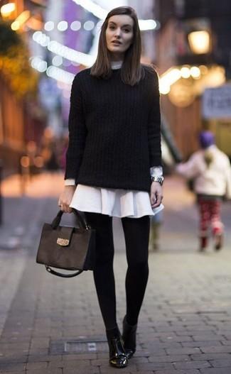 Wie kombinieren: schwarzer Strickpullover, weißes Shirtkleid, schwarze Leder Stiefeletten, schwarze Satchel-Tasche aus Leder
