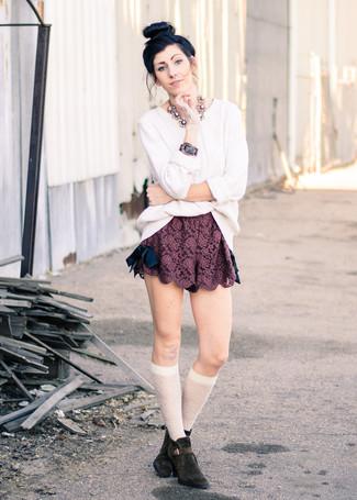 Dunkelrote Spitzeshorts kombinieren – 1 Damen Outfits: Um ein modernes, lockeres Outfit zu erzeugen, probieren Sie die Kombination aus einem weißen Strickpullover und dunkelroten Spitzeshorts. Komplettieren Sie Ihr Outfit mit dunkelbraunen Wildleder Stiefeletten.
