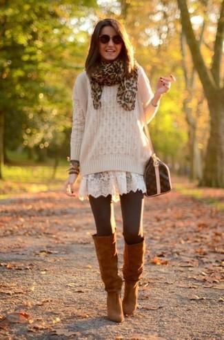 Braune kniehohe Stiefel aus Wildleder kombinieren – 29 Damen Outfits: Tragen Sie einen hellbeige Strickpullover zu einem weißen Spitze Skaterkleid, um ein zeitgenössisches, entspanntes Outfit zu kreieren. Fühlen Sie sich mutig? Wählen Sie braunen kniehohe Stiefel aus Wildleder.