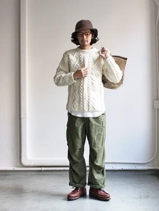 Weißen Strickpullover kombinieren: trends 2020: Tragen Sie einen weißen Strickpullover und eine olivgrüne Cargohose für ein sonntägliches Mittagessen mit Freunden. Fühlen Sie sich mutig? Ergänzen Sie Ihr Outfit mit einer braunen Lederfreizeitstiefeln.