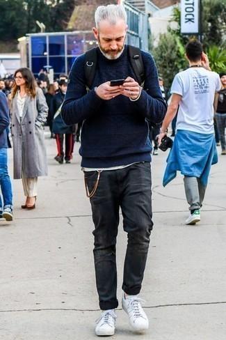 Dunkelgraue Jeans mit Destroyed-Effekten kombinieren: trends 2020: Vereinigen Sie einen dunkelblauen Strickpullover mit dunkelgrauen Jeans mit Destroyed-Effekten für einen entspannten Wochenend-Look. Fühlen Sie sich mutig? Ergänzen Sie Ihr Outfit mit weißen Leder niedrigen Sneakers.