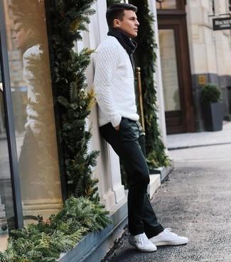 Weißen Strickpullover kombinieren – 169 Herren Outfits: Kombinieren Sie einen weißen Strickpullover mit einer dunkelblauen Chinohose für ein bequemes Outfit, das außerdem gut zusammen passt. Fühlen Sie sich ideenreich? Ergänzen Sie Ihr Outfit mit weißen Leder niedrigen Sneakers.