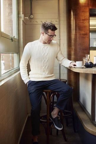 Weißen Strickpullover kombinieren: trends 2020: Paaren Sie einen weißen Strickpullover mit einer dunkelblauen Chinohose für ein sonntägliches Mittagessen mit Freunden. Dunkelblaue Slip-On Sneakers aus Segeltuch sind eine gute Wahl, um dieses Outfit zu vervollständigen.
