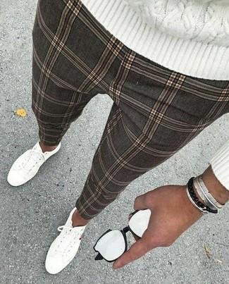 Wie kombinieren: weißer Strickpullover, graue Chinohose mit Karomuster, weiße Segeltuch niedrige Sneakers, silbernes Armband