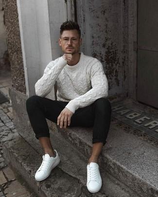 Weißen Strickpullover kombinieren: trends 2020: Kombinieren Sie einen weißen Strickpullover mit einer schwarzen Chinohose, um mühelos alles zu meistern, was auch immer der Tag bringen mag. Weiße Leder niedrige Sneakers verleihen einem klassischen Look eine neue Dimension.