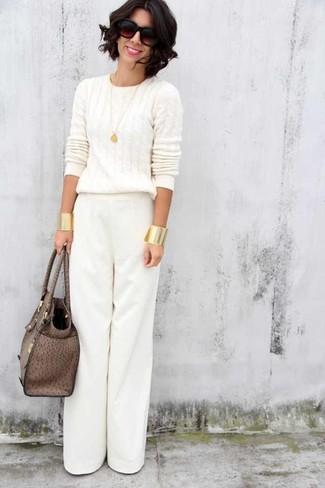 Wie kombinieren: weißer Strickpullover, weiße weite Hose, braune Shopper Tasche aus Leder, dunkelbraune Sonnenbrille