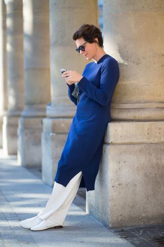 blaues Sweatkleid, weiße Anzughose, weiße Leder Oxford Schuhe, hellblaue Leder Clutch für Damen
