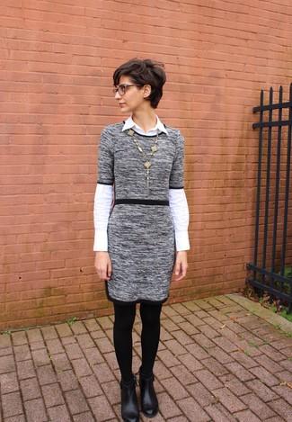 Wie kombinieren: graues Sweatkleid, weißes Businesshemd, schwarze Leder Stiefeletten, goldener Anhänger