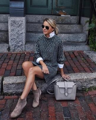 Wie kombinieren: dunkelgraues Strick Sweatkleid, weißes Businesshemd, braune Wildleder Stiefeletten, graue Satchel-Tasche aus Leder