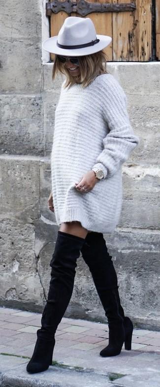 Wie kombinieren: graues Sweatkleid, schwarze Overknee Stiefel aus Wildleder, grauer Wollhut, weiße Leder Uhr