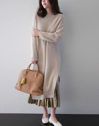 Wie kombinieren: hellbeige Sweatkleid, goldener Falten Maxirock, weiße Leder Ballerinas, beige Shopper Tasche aus Leder