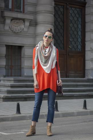 Dunkellila Leder Umhängetasche kombinieren – 37 Damen Outfits: Durch diese Kombi aus einem orange Sweatkleid und einer dunkellila Leder Umhängetasche können Sie Ihrer Wochenend-Garderobe eine persönliche Note verleihen und immer wieder neue Looks zusammenstellen. Beige Wildleder Stiefeletten sind eine perfekte Wahl, um dieses Outfit zu vervollständigen.