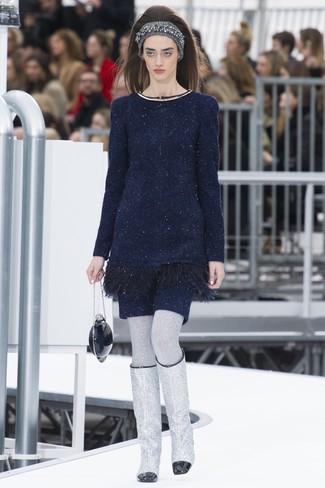 dunkelblaues Sweatkleid, silberne kniehohe Stiefel aus Leder, dunkelblaue Clutch, graues Strick Haarband für Damen