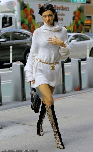 Wie kombinieren: weißes Sweatkleid, schwarze kniehohe Stiefel aus Wildleder, schwarze Leder Clutch, goldener Gürtel