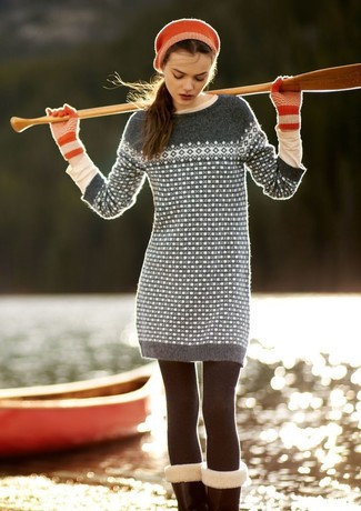 Wie kombinieren: graues Sweatkleid mit Fair Isle-Muster, hellbeige Langarmshirt, rote Wollhandschuhe, rotes Barett