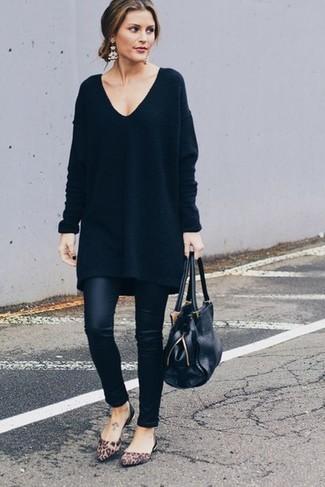 Zeigen Sie Ihre verspielte Seite mit einem schwarzen sweatkleid von Maison Margiela und schwarzen lederleggings. Komplettieren Sie Ihr Outfit mit braunen wildleder ballerinas mit leopardenmuster.