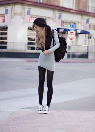 Erwägen Sie das Tragen von einem grauen Sweatkleid für einen bequemen Alltags-Look. Graue niedrige Sneakers liefern einen wunderschönen Kontrast zu dem Rest des Looks.