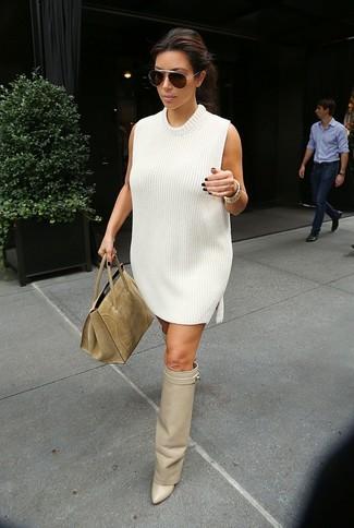Wie kombinieren: weißes Sweatkleid, hellbeige Overknee Stiefel aus Leder, beige Shopper Tasche aus Wildleder, dunkelbraune Sonnenbrille