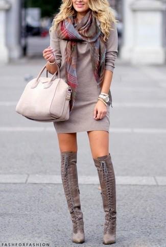 Beige Shopper Tasche aus Leder kombinieren – 274 Damen Outfits: Mit dieser Kombination aus einem grauen Sweatkleid und einer beige Shopper Tasche aus Leder sind stilbewusste Frauen sehr gut angezogen. Fühlen Sie sich ideenreich? Vervollständigen Sie Ihr Outfit mit grauen Overknee Stiefeln aus Wildleder.