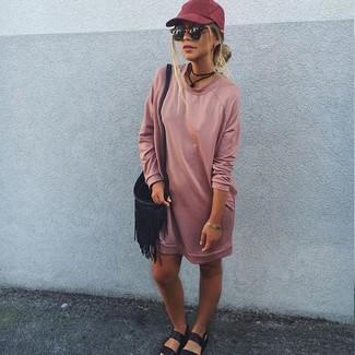 Wie kombinieren: rosa Sweatkleid, schwarze flache Sandalen aus Leder, schwarze Fransen Leder Umhängetasche, dunkelrote Baseballkappe