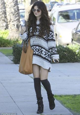Selena Gomez trägt Weißes bedrucktes Sweatkleid, Schwarze Schnürstiefeletten aus Wildleder, Schwarze Hohe Socken, Beige Shopper Tasche aus Leder
