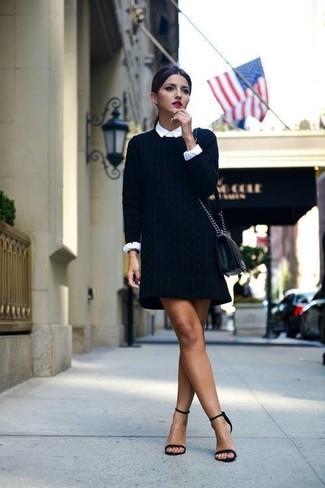 schwarzes Sweatkleid, weißes Businesshemd, schwarze Wildleder Sandaletten, schwarze Leder Umhängetasche für Damen