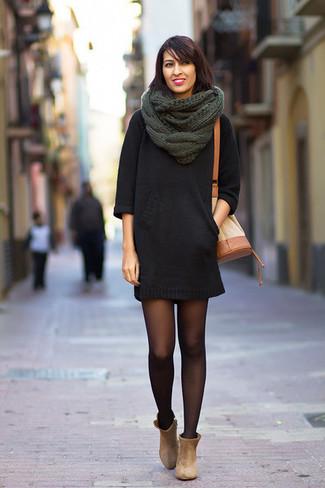 Wie kombinieren: schwarzes Sweatkleid, hellbeige Wildleder Stiefeletten, beige Leder Beuteltasche, dunkelgrüner Strick Schal