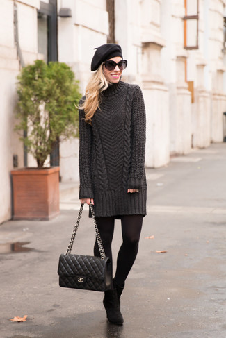 Wie kombinieren: dunkelgraues Sweatkleid, schwarze Wildleder Stiefeletten, schwarze gesteppte Satchel-Tasche aus Leder, schwarzes Barett