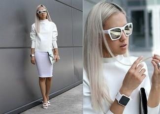 Wie kombinieren: weißes Sweatshirt, weißer Bleistiftrock, weiße flache Sandalen aus Leder, silberne Leder Clutch