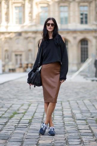 Wie kombinieren: schwarzes Sweatshirt, brauner Leder Bleistiftrock, dunkelblaue Sportschuhe, schwarze Leder Umhängetasche