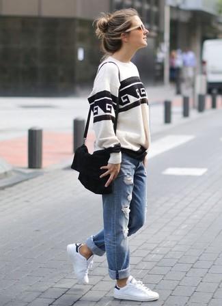 Wie kombinieren: weißes und schwarzes bedrucktes Sweatshirt, blaue Boyfriend Jeans mit Destroyed-Effekten, weiße Leder niedrige Sneakers, schwarze Wildleder Umhängetasche