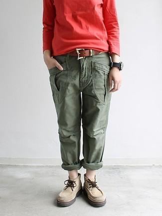 Wie kombinieren: rotes Sweatshirt, olivgrüne Cargohose, hellbeige Chukka-Stiefel aus Wildleder, brauner Ledergürtel
