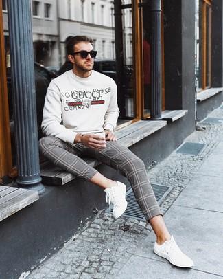 Wie kombinieren: weißes bedrucktes Sweatshirt, graue Chinohose mit Schottenmuster, weiße Leder niedrige Sneakers, schwarze Sonnenbrille