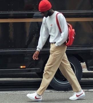 Dunkelroten Leder Rucksack kombinieren – 5 Frühling Herren Outfits: Paaren Sie ein graues Sweatshirts mit einem dunkelroten Leder Rucksack für einen entspannten Wochenend-Look. Fühlen Sie sich ideenreich? Entscheiden Sie sich für weißen und roten Leder niedrige Sneakers. Dieser Look ist perfekt für den Frühling geeignet.