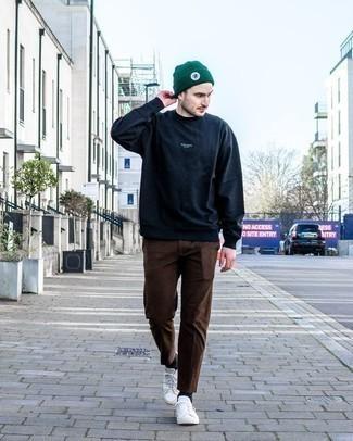 Braune Chinohose kombinieren: trends 2020: Vereinigen Sie ein dunkelblaues Sweatshirts mit einer braunen Chinohose für ein sonntägliches Mittagessen mit Freunden. Weiße Segeltuch niedrige Sneakers sind eine ideale Wahl, um dieses Outfit zu vervollständigen.