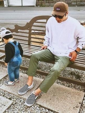 Herren Outfits & Modetrends 2020: Die Kombination von einem weißen Sweatshirt und einer olivgrünen Chinohose erlaubt es Ihnen, Ihren Freizeitstil klar und einfach zu halten. Schwarze und weiße Slip-On Sneakers aus Segeltuch mit Karomuster sind eine ideale Wahl, um dieses Outfit zu vervollständigen.