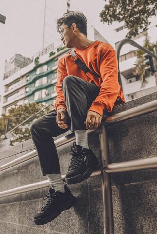 Wie kombinieren: orange Sweatshirt, schwarze Chinohose, schwarze Sportschuhe, orange Bauchtasche